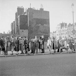 Nigel Henderson: Men and women in a queue