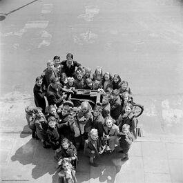 Nigel Henderson: Bert Smith, surrounded by children