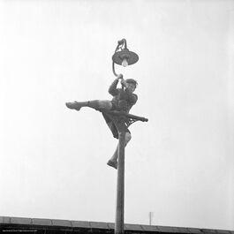 Nigel Henderson: Peter Samuels climbing a lamp post
