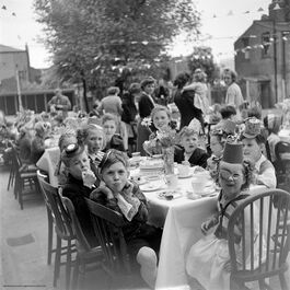Nigel Henderson: Street party, Bow