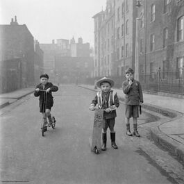 Nigel Henderson: Boys playing on the street